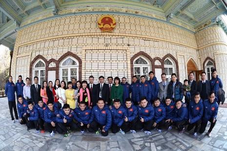 Tuyển Futsal thăm Đại Sứ quán Việt Nam tại Tashkent - ảnh 5