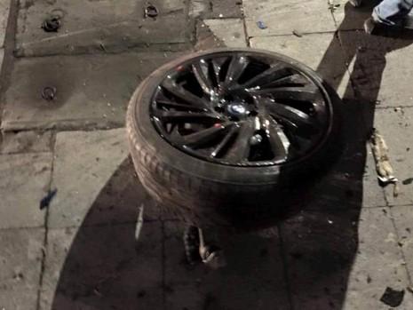 Xe sang BMW i8 xanh ngọc hiếm có bị bẹp giúm vì tai nạn - ảnh 1