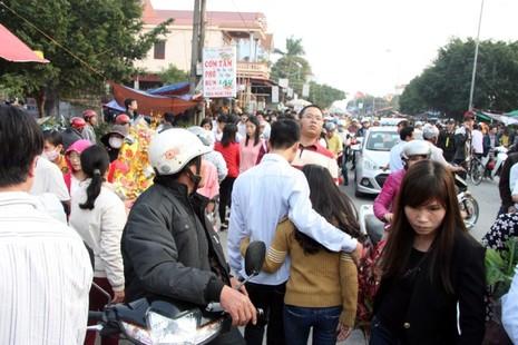 Chợ Viềng: Nghẹt thở đi chợ cầu may - ảnh 4