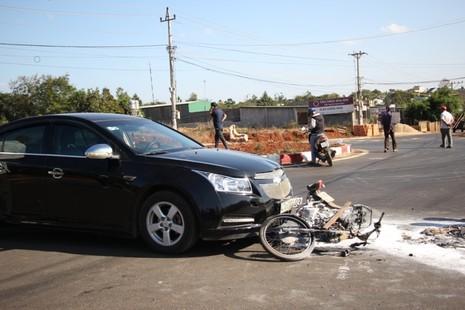 Va chạm với ô tô, cả người và xe máy cùng bị bốc cháy - ảnh 2