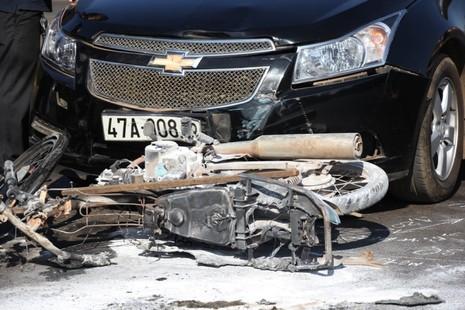 Va chạm với ô tô, cả người và xe máy cùng bị bốc cháy - ảnh 3