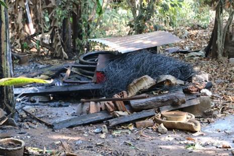 Cả xóm hoảng loạn bỏ nhà chạy vì đống rác đang đốt… phát nổ - ảnh 1