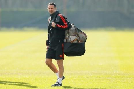 Bryan Robson: 'Giggs sẽ ngồi vào ghế nóng M.U' - ảnh 1
