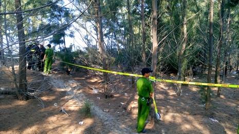 Phong tỏa, khám nghiệm hiện trường nơi chôn thi thể bé trai - ảnh 1