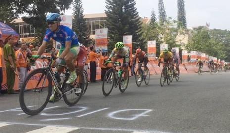 Đua xe đạp Cúp Truyền hình: Huỳnh Thanh Tùng suýt làm cuộc lật ngôi - ảnh 1