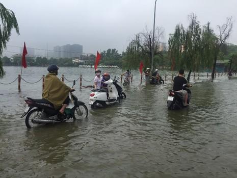 Hà Nội ngập nặng sau trận mưa lớn, giao thông rối loạn - ảnh 3