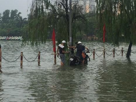 Hà Nội ngập nặng sau trận mưa lớn, giao thông rối loạn - ảnh 4