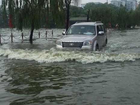 Hà Nội ngập nặng sau trận mưa lớn, giao thông rối loạn - ảnh 5