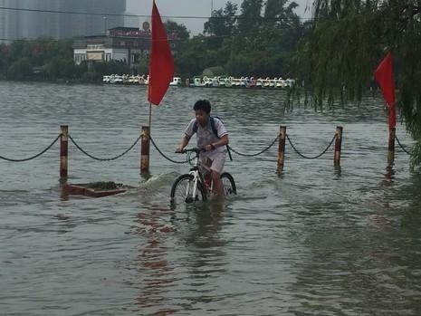 Hà Nội ngập nặng sau trận mưa lớn, giao thông rối loạn - ảnh 6