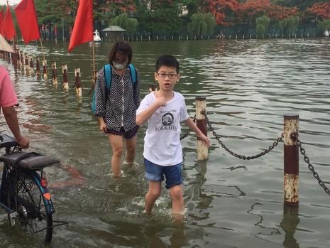 Hà Nội ngập nặng sau trận mưa lớn, giao thông rối loạn - ảnh 7