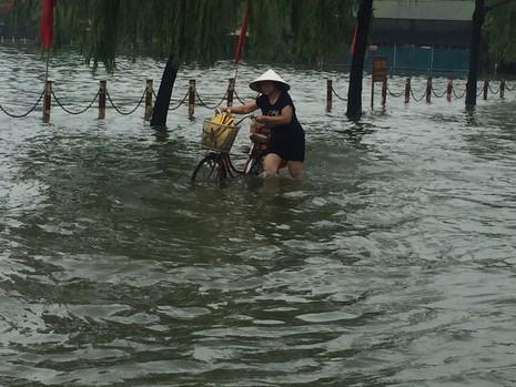 Hà Nội ngập nặng sau trận mưa lớn, giao thông rối loạn - ảnh 8