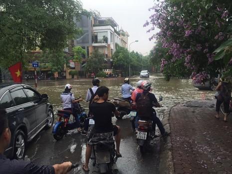 Hà Nội ngập nặng sau trận mưa lớn, giao thông rối loạn - ảnh 9