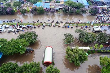 Hà Nội ngập nặng sau trận mưa lớn, giao thông rối loạn - ảnh 1