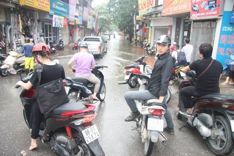 Hà Nội ngập nặng sau trận mưa lớn, giao thông rối loạn - ảnh 18