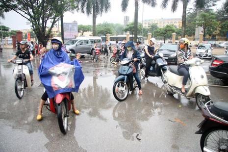 Hà Nội ngập nặng sau trận mưa lớn, giao thông rối loạn - ảnh 10