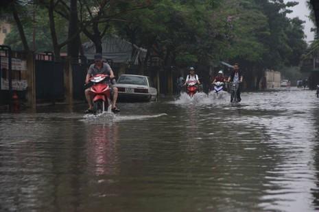 Hà Nội ngập nặng sau trận mưa lớn, giao thông rối loạn - ảnh 15