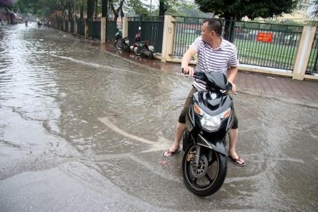 Hà Nội ngập nặng sau trận mưa lớn, giao thông rối loạn - ảnh 17