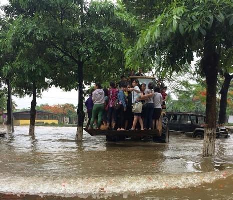 Độc nhất vô nhị: Người Hà Nội đi làm bằng xe ủi do mưa ngập - ảnh 1