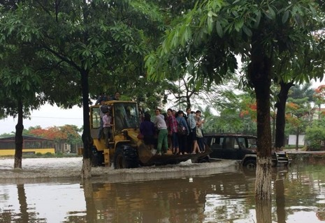 Độc nhất vô nhị: Người Hà Nội đi làm bằng xe ủi do mưa ngập - ảnh 2