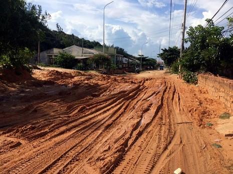 Bình Thuận: Cát đỏ tràn xuống đường, tỉnh lộ bị chia cắt - ảnh 1