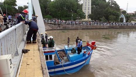 Con tàu bị mắc kẹt dưới gầm cầu.