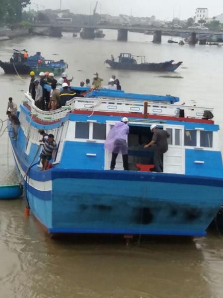 Giải cứu thành công con tàu mắc kẹt dưới cầu Lê Hồng Phong - ảnh 2