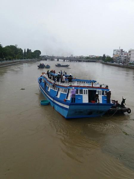 Giải cứu thành công con tàu mắc kẹt dưới cầu Lê Hồng Phong - ảnh 3