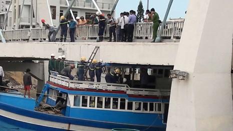 Nước sông Cà Ty đang lên cao gây khó khăn cho việc giải cứu tàu