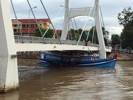Cabin tàu đã được cắt gọt để hạ chiều cao nhưng vẫn không khả thi