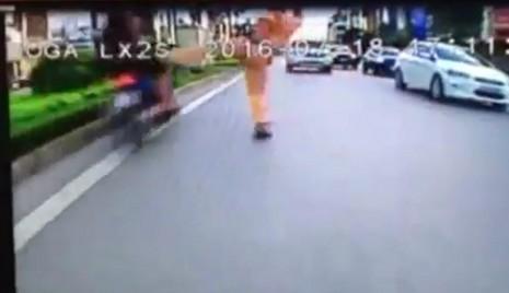 Hình ảnh CSGT dơ chân khiến người vi phạm ngã ra đường (ảnh cắt từ clip)
