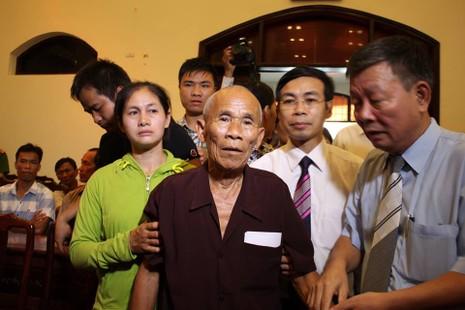 Ông Trần Văn Thêm đến hội trường trong sự chúc mừng của nhiều người
