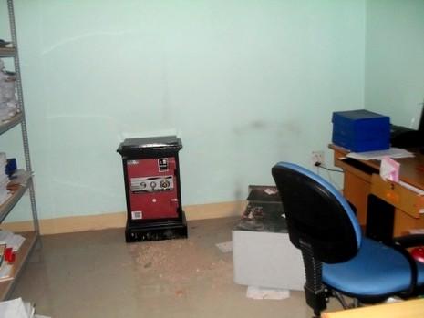Trộm 'viếng' trụ sở huyện, cạy tung két sắt - ảnh 1