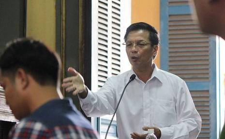 Luật sư Hùng đang tranh luận