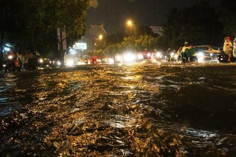 Chùm ảnh: Sân bay Tân Sơn Nhất bị biển nước vây quanh - ảnh 13