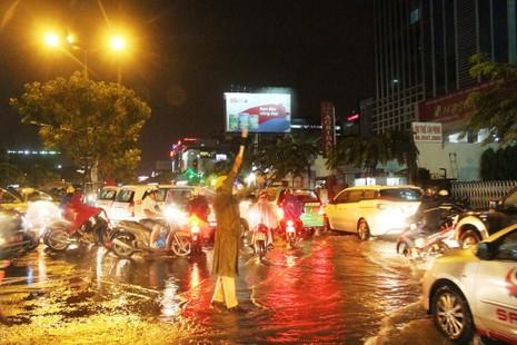 Chùm ảnh: Sân bay Tân Sơn Nhất bị biển nước vây quanh - ảnh 14