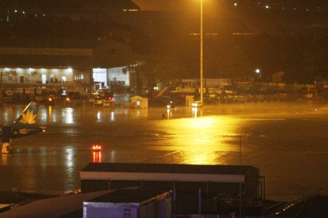 Chùm ảnh: Sân bay Tân Sơn Nhất bị biển nước vây quanh - ảnh 17