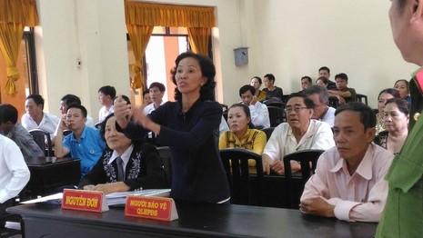 Bà Tuyết đang trả lời VKS tại tòa ngày 4-10. Ảnh: N.NAM