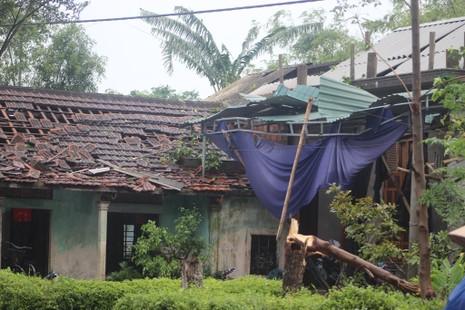 Người dân khẩn trương sửa lại mái nhà