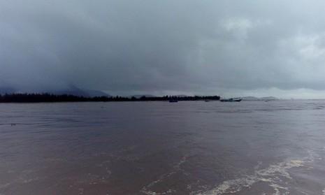 Quảng Bình: Gần 40 tàu cá đứt neo mắc kẹt tại cửa biển  - ảnh 2