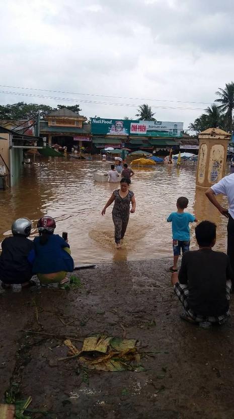 Quảng Trị: Lũ về bất ngờ nhà dân chìm trong biển nước - ảnh 4