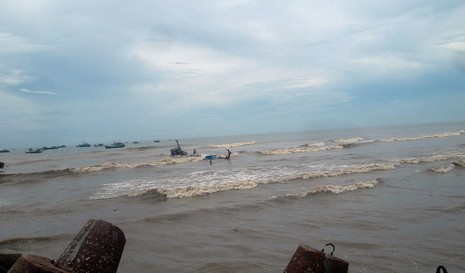 Sóng lớn đánh chìm 6 tàu thuyền trên cửa biển La Gi - ảnh 1