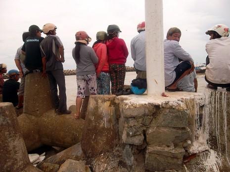 Sóng lớn đánh chìm 6 tàu thuyền trên cửa biển La Gi - ảnh 3