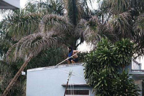 Thanh niên ngáo đá tay cầm hung khí đứng một tòa nhà cao tầng