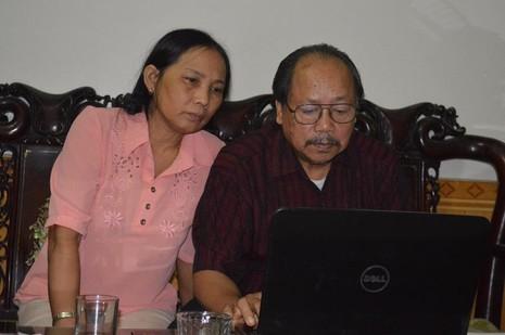 Chị Hương cùng chồng luôn theo dõi những dòng tin về chủ tịch Fidel Castro trên các báo. Ảnh: Nguyễn Do