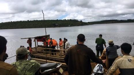 Người dân và lực lượng cứu hộ đang tìm kiếm các nạn nhân mất tích