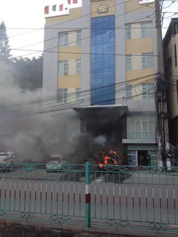 Ô tô bỗng dưng cháy ngùn ngụt trước cổng công an phường - ảnh 1