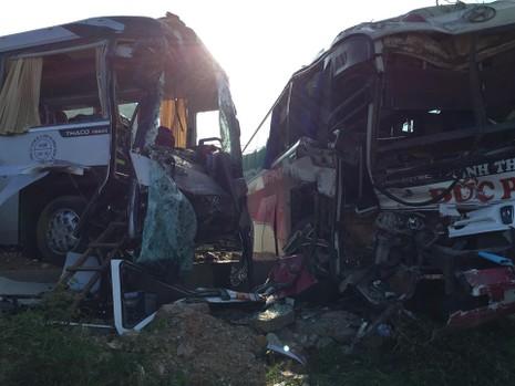 Xe khách đối đầu xe du lịch, khách nước ngoài bị thương - ảnh 1