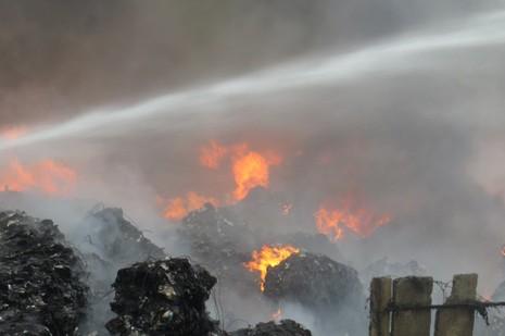 Biển lửa bao trùm khu vực gần chân cầu An Thái, thị trấn Phú Thái, huyện Kim Thành, tirh Hải Dương khiến nhiều người hoảng sợ