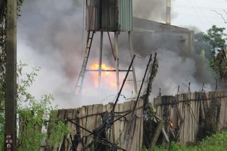Ngọn lửa lan ra cả khu vực xung quanh; khoảng 8 giờ sáng ngày 15-7, ngọn lửa vẫn chưa được dập hẳn
