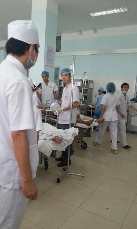 Các công nhân được đưa vào bệnh viện Việt Tiệp Hải Phòng cấp cứu trong tình trạng bị bỏng nặng ở mặt là chủ yếu